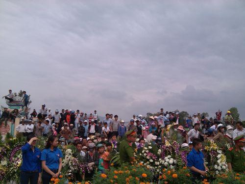 Người và hoa tại nghĩa trang gia tộc của ông Nguyễn Bá Thanh