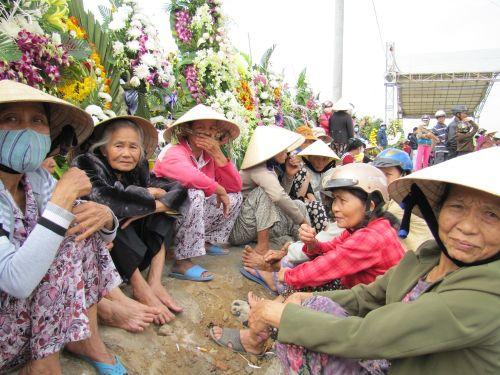Nhiều người dân chờ đưa tiễnông Nguyễn Bá Thanh tại quê nhà