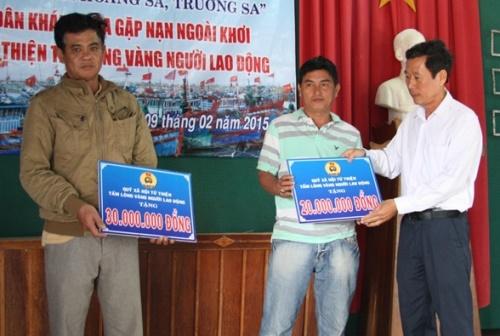 Ông Lê Xuân Hải, Phó Chủ tịch LĐLĐ tỉnh Khánh Hòa trao tiền hỗ trợ cho các ngư dân