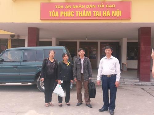 Ông Nguyễn Thanh Chấn (thứ 2 từ trái qua) cùng gia đình tới Tòa phúc thẩm của TAND Tối cao tại Hà Nội ngày 17-3 để bổ sung hơn 100 loại giấy tờ vào đơn đòi bồi thường 9,3 tỉ đồng