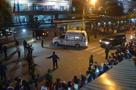 Xe cứu thương chở ông Nguyễn Bá Thanh từ sân bay Đà Nẵng về bệnh viện Đà Nẵng