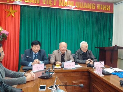 Ông Nguyễn Quốc Triệu (giữa) chủ trì cuộc họp báo về vấn đề liên quan đến tình hình sức khỏe của ông Nguyễn Bá Than
