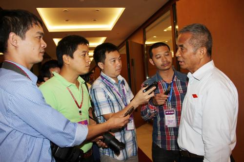 Chủ tịch Tổng LĐLĐ Việt Nam Đặng Ngọc Tùng (bìa phải) trao đổi với báo chí sáng 21-5