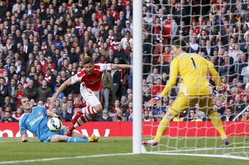 Giroud nỗ lực trước khung thành Sunderland