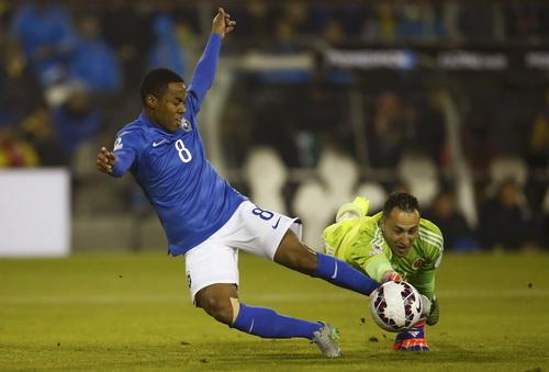 Thủ môn Ospina tung người bắt bóng trong chân Elias