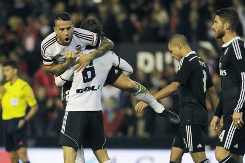 Otamendi vui mừng sau bàn ấn định tỉ số 2-1 cho Valencia