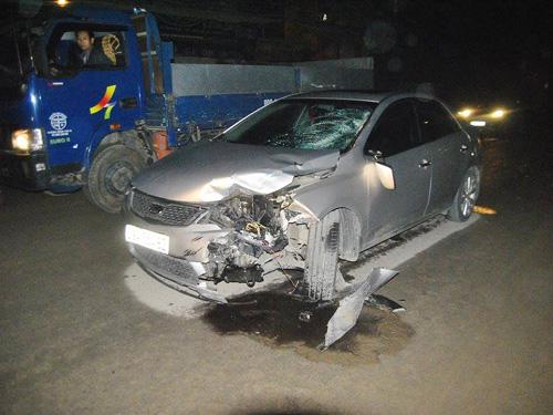 Hiện trường vụ tai nạn chiếc ô tô do người Trung Quốc điều khiển lấn trái làn tông thương vong 2 người đi xe máy
