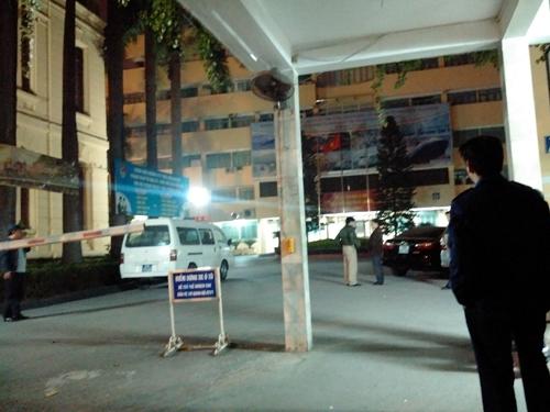 Ô tô cứu thương bên trong trụ sở Bộ Giao thông Vận tải tối ngày 22-1 sau khi phát hiện ông Nguyễn Hữu Thắng tử vong tại phòng làm việc