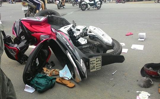 Chiếc xe máy hư hỏng cùng nhiều vật dụng của nạn nhân nằm chỏng chơ trên mặt đường