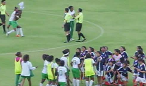 Cầu thủ nữ cởi áo đuổi đánh trọng tài ở Ecuador