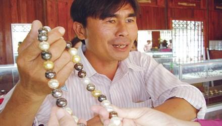 Hồ Phi Thủy đang giới thiệu chuỗi ngọc trai nuôi đầy đủ chu kỳ 7 năm của mình.