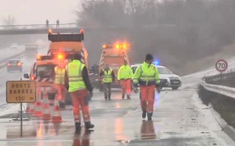 Cảnh sát phong tỏa một con đường trong khu vực xảy ra rượt đuổi và bắt con tin. Ảnh: Telegraph