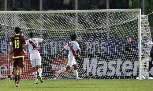 Claudio Pizarro (trái, trước) ghi bàn duy nhất cho Peru