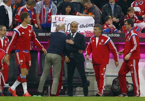 Giám đốc thể thao Matthias Sammer chúc mừng thành công của HLV Guardiola