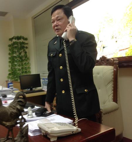 Cục trưởng Cục Chống tham nhũng Phạm Trọng Đạt đang tiếp nhận một cuộc điện thoại phản ánh cán bộ nhận quà Tết trái quy định - Ảnh: Dân trí