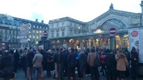 Ga tàu Gare de lEst sơ tán vì bị dọa bom. Ảnh: Twitter