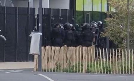 ...trong khi lực lượng đặc nhiệm áp sát tòa nhà. Ảnh: The Local