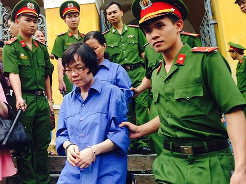 Dẫn giải bị cáo Huyền Như và đồng phạm về trại giam