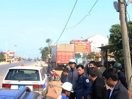 Cơ quan chức năng tỉnh Quảng Bình lập biên bản một xe của Công ty Vận tải cơ giới Hải Sơn