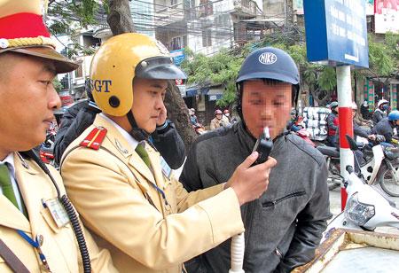 Kiểm tra độ cồn người đi xe máy. Ảnh: Quang Thông