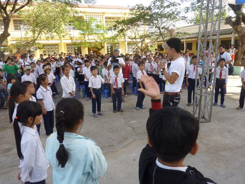 Các em học sinh trường tiểu học Tân Điền tham gia các trò chơi