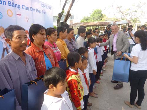 Philips Việt Nam tặng quà cho các hộ dân tại xã Tân Điền