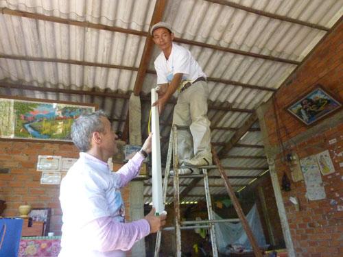 Philips Việt Nam lắp đặt hệ thống bóng đèn miễn phí cho người dân tại xã Tân Điền