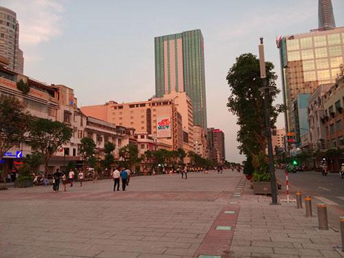 Phố đi bộ Nguyễn Huệ vẫn còn nhiều hạng mục phải tiếp tục hoàn thiện Ảnh: BẠCH ĐẰNG