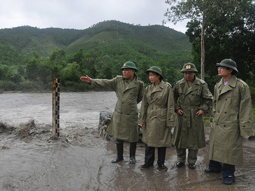 Phó bí thu thường trực Tỉnh ủy Quảng Ninh Đỗ Thị Hoàng (thứ hai từ trái qua) cùng lãnh đạo Ban chỉ huy Quân sự tỉnh Quảng Ninh kiểm tra, chỉ đạo phòng chống lụt bão tại TP Uông Bí