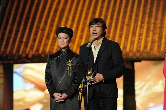 Huỳnh Phúc Điền và Đàm Vĩnh Hưng trên sân khấu Mai Vàng. Ảnh: Tư Liệu