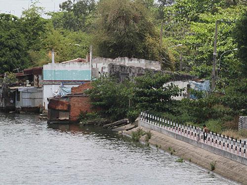 """Hơn 20 năm bị quy hoạch """"treo"""", người dân ở bán đảo Bình Quới - Thanh Đa sống rất khổ sở và thường xuyên đối mặt với nguy cơ sạt lở Ảnh: hoàng Triều"""