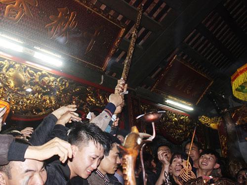 Người tham dự lễ hội Đền Trần chen nhau cướp cả bảo kiếm Ảnh: Tuấn Minh