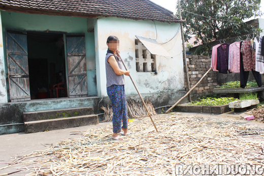 Chị Phạm Thị K. trở về từ bên kia biên giới với một bên chân bị liệt và mắc bệnh tâm thần