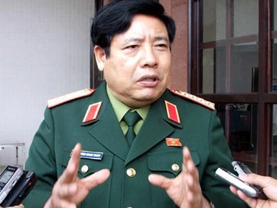 Bộ trưởng Phùng Quang Thanh trong một lần trả lời phỏng vấn báo chí bên hành lang Quốc hội - Ảnh: Phạm Dương