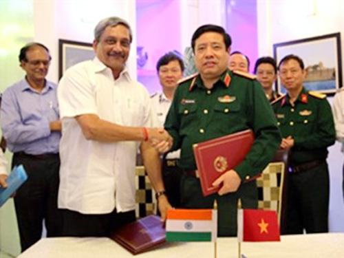"""Bộ trưởng Phùng Quang Thanh và Bộ trưởng Quốc phòng Ấn Độ Manohar Parrikar ký """"Tuyên bố tầm nhìn chung về quan hệ quốc phòng Việt Nam-Ấn Độ giai đoạn 2015-2020"""" trong chuyến thăm"""