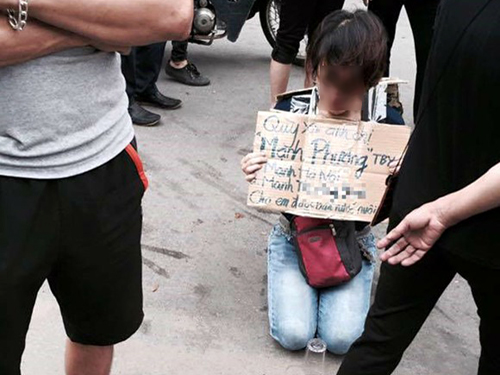 Hình ảnh người phụ nữ trẻ cầm tấm bảng cầu xin bán trà đá để nuôi con gây xôn xao cộng đồng mạng