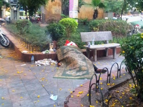 Thi thể người phụ nữ tử vong dưới trời nắng nóng tại vường hoa Đường Thành