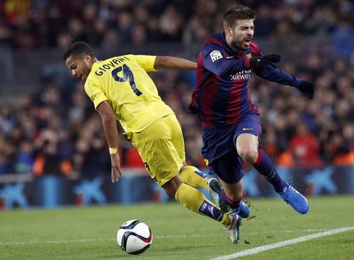 Pique (phải) có trận đấu xuất sắc, công thủ trọn vẹn