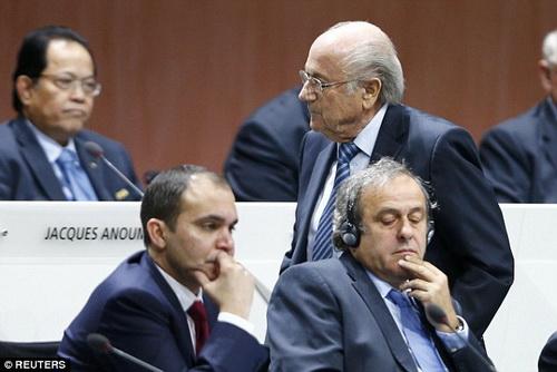 Michel Platini (phải) hiện là ứng viên sáng giá nhất thay thế Sepp Blatter