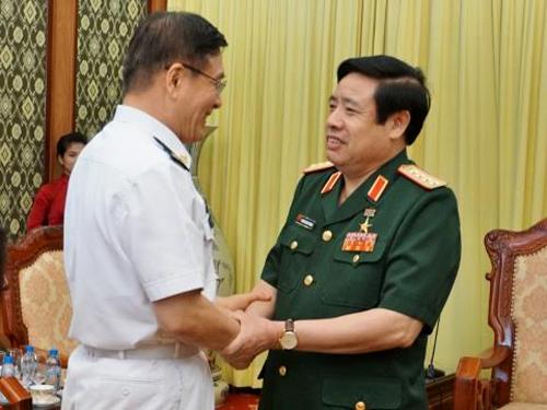 Bộ trưởng Quốc phòng Phùng Quang Thanh (phải) bắt tay Thượng tướng Tôn Kiến Quốc, Trưởng đoàn đại biểu Bộ Quốc phòng Trung Quốc - Ảnh: VNN