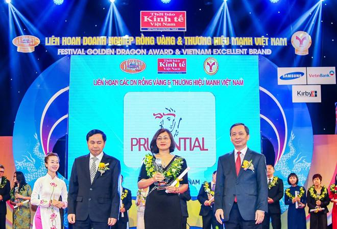Bà Ðinh Hồng Ngọc - Ðại diện Prudential VN nhận Giải Thýởng Rồng Vàng cho dịch vụ tài chính xuất sắc nhất