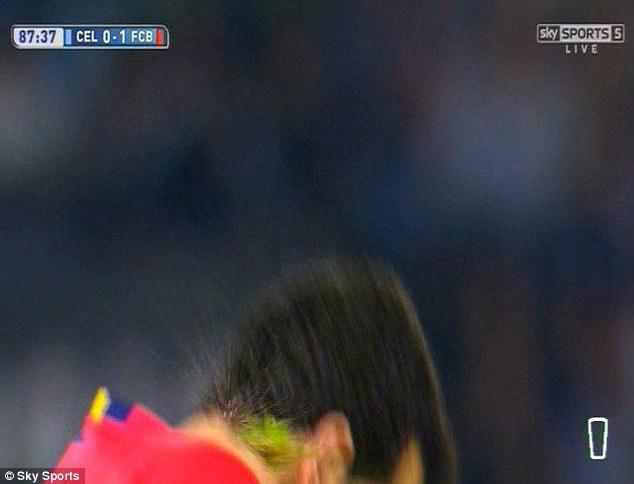 Sergio Busquet bị đối phương ném cỏ vào cổ