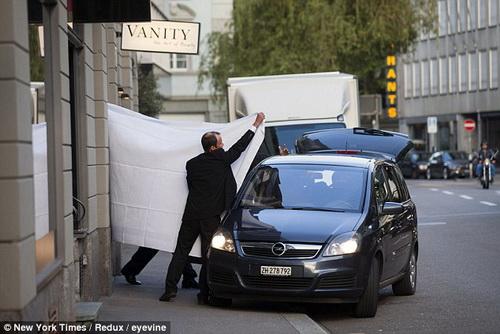 Các quan chức FIFA được áp tải ra xe cảnh sát ở Zurich