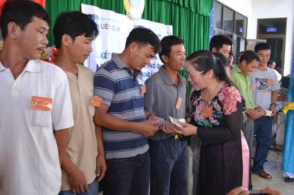 Bà Ngô Thị Kim Ngọc, Chủ tịch LĐLĐ Quảng Ngãi trao chứng nhận cho đoàn viên Nghiệp đoàn nghề cá Phổ Quang, huyện Đức Phổ