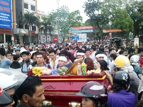 Thân nhân và người dân đưa quan tài nạn nhân Nguyễn Tuấn Anh đi trên đường phố TP Vĩnh Yên ngày 17-3-2013 - Ảnh: Nguyễn Quyết