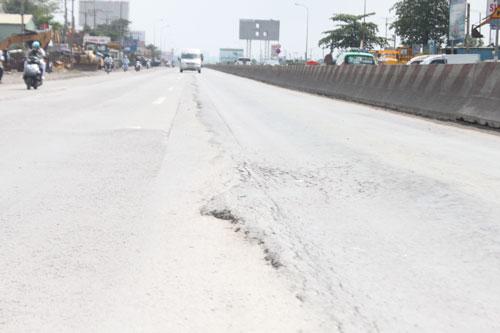 Đường Mai Chí Thọ, đoạn dưới chân cầu vượt Cát Lái (quận 2 - ảnh trên) và Quốc lộ 1 (quận 9) bị lún, gây mất an toàn