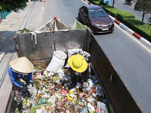 Một tổ thu gom rác dân lập ở thị xã Thuận An