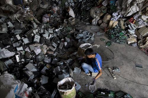 Công việc tái chế rác thải thô sơ gây ảnh hưởng đến sức khỏe người lao động cũng như môi trường Ảnh: Reuters