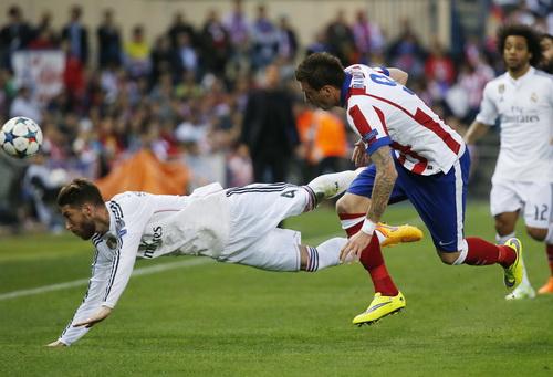 Hàng thủ Real vất vả với các chân sút Atletico trong hiệp hai