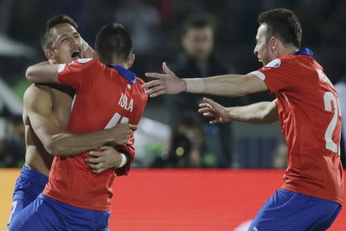 Sanchez trong vòng tay đồng đội